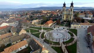 Tata város Kossuth terének értékmegőrző és funkcióbővítő rehabilitációja